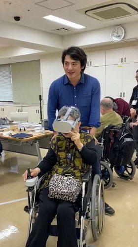 介護施設で入居者の方にVR旅行を提供する登嶋健太さん