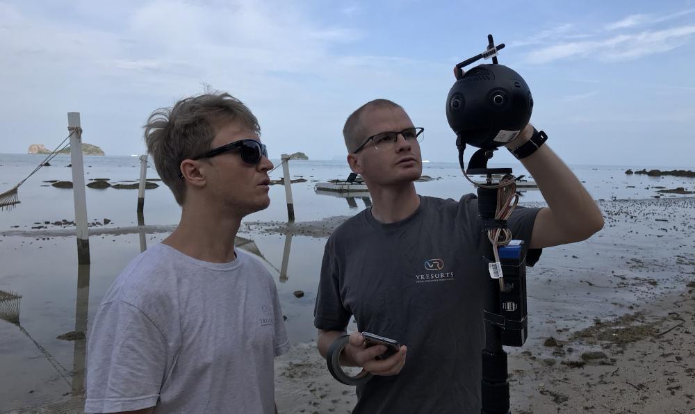 ビーチでバーチャルリゾート撮影をするカメラマンとInsta360 Pro 2